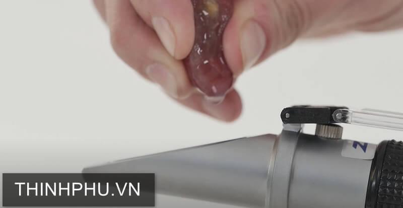 Cách sử dụng khúc xạ kế đo độ ngọt 53M
